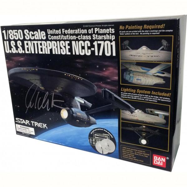 Modellino con scatola autografata da William Shatner 1/850 Scale U.S.S. Enterprise NCC-1701 (Refit) – United Federation of Planets Constitution Class Starship